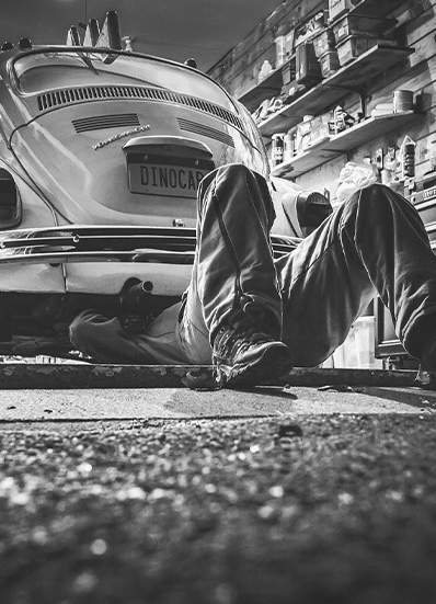 homme qui bricole voiture garage
